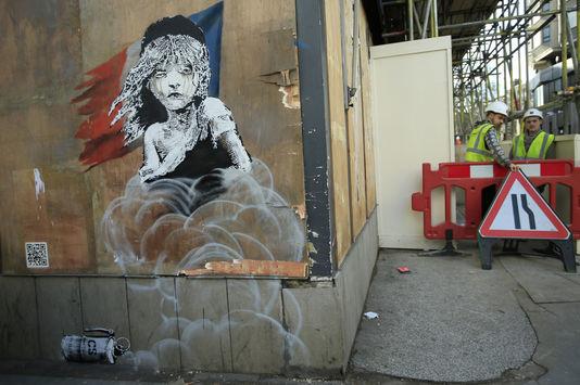 Pochoir de Bansky devant l'ambassade de France à Londres, représentant une jeune fille aux airs de Cosette des